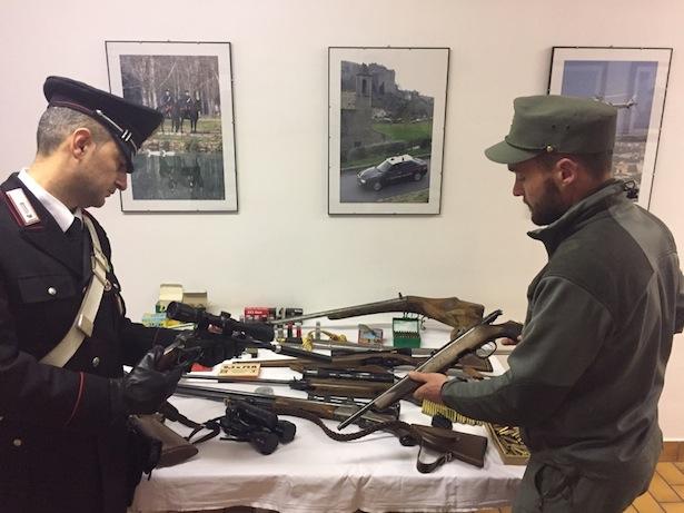 carabinieri-e-guardie-forestali-con-fucili