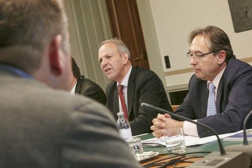 Von links: Die südtiroler Senator Karl Zeller und Senator a. D. Oskar Peterlini während der Aussprache