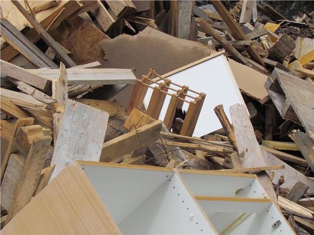 Dieses Material, das illegal verarbeitet und verkauft wurde, ist Müll, der gebührenpflichtig entsorgt werden müsste. (Foto: LPA/Landesforstkorps)