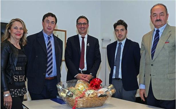 Die Vizebürgermeisterin von Castelraimondo, Esperia Gregori, und der Bürgermeister, Renzo Marinelli, mit LH Kompatscher und dem früheren Landesrat Di Puppo (Foto LPA/rc)