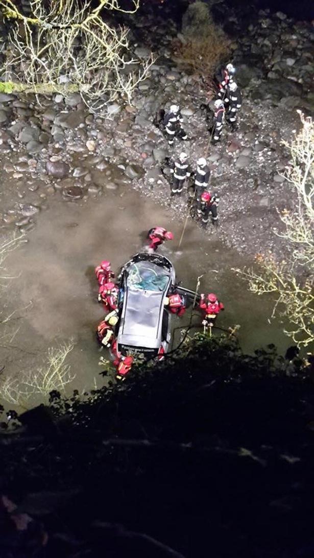 Das in den Bach gestürzte Auto (Fotos: Taucher der Freiwilligen Feuerwehren)