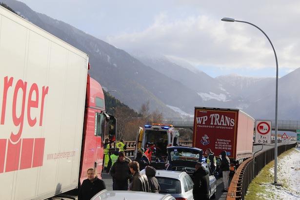 Der Unfall auf der Autobahn bei Sterzing (Alle Fotos: MATTHIAS NOLD)