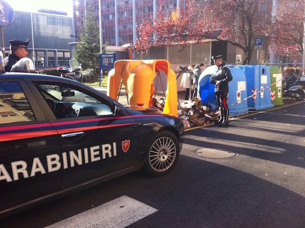 la-pattuglia-dei-carabinieri-intervenuta-esegue-accertamenti-nei-pressi-del-cassonetto