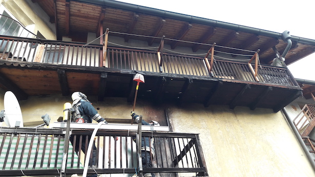 Balkon fängt Feuer (Fotos: FF Brixen)