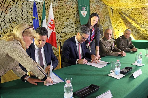 LH Kompatscher und der Direktor der Agentur für Staatsgüter, Roberto Reggi, bei der Unterzeichnung des Vertrags.