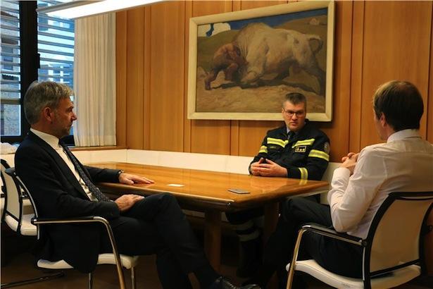 Gespräch über die Zukunft: Berufsfeuerwehr-Kommandantstellvertreter Alber (Mitte) im Büro von Landesrat Schuler (li.) mit Ressortdirektor Unterweger