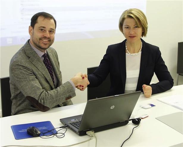 Die Päsidentin der Alperia Energy, Paulina Schwarz, und der Direktor der Agentur für die Verfahren, Thomas Mathà. Foto: LPA