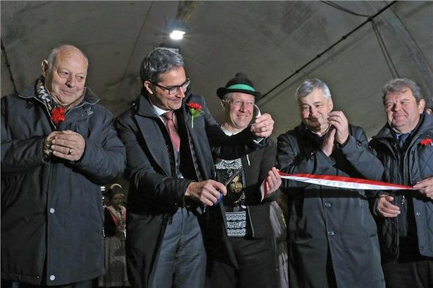 Bürgermeister Franz Locher mit Arno Kompastcher, Luis Durnwalder und Florian Mussner bei der Einweihungsfeier.