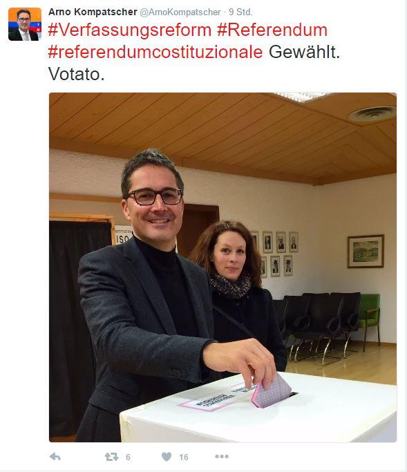 Landeshauptmann Arno Kompatscher mit seiner Ehefrau bei der Stimmabgabe in Völs am Schlern