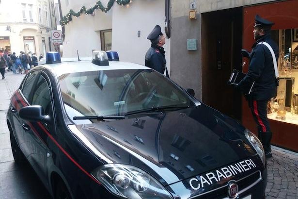 05-01-2017-la-pattuglia-dei-carabinieri-sul-luogo-del-furto