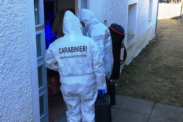 Die Spurensuche in der Mordwohnung (Fotos: Carabinieri)