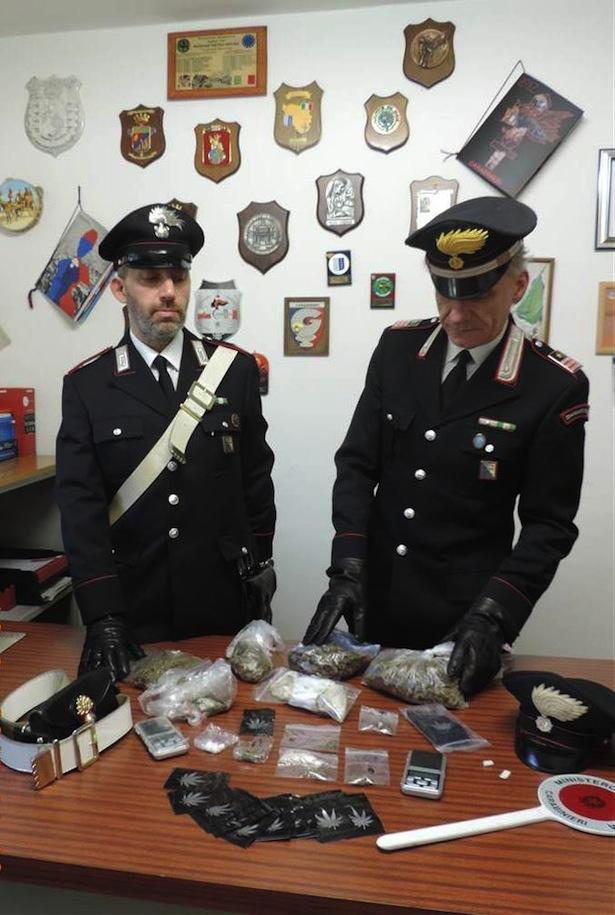 2044170119-i-carabinieri-di-postal-con-il-narcotico-sequestrato