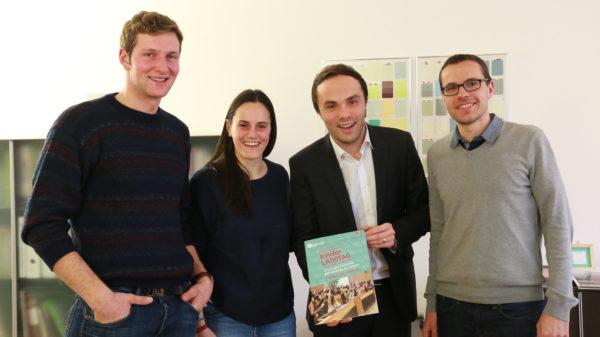 Auf dem Foto (v. l.): Fabian Plattner (1. Vorsitzender KJS), Verena Dariz (2. Vorsitzende KJS), Landesrat Philipp Achammer und Andreas Januth (Büroleiter der Diözesanen Jugendstelle).