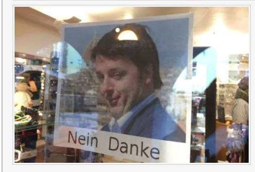 Das Plakat im Optikgeschäft in St. Ulrich (Foto: La Voce del Trentino)