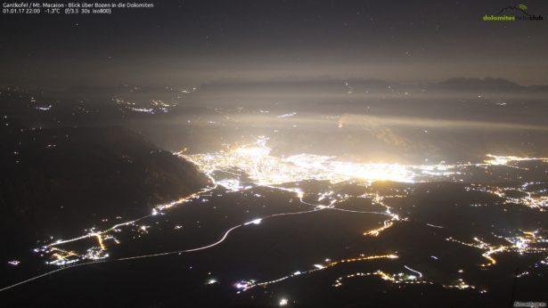 Im Hintergrund der Brand auf Kohlern (Foto-Webcam.eu)