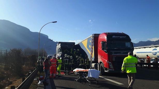 Der Unfall auf der Autobahn (Fotos: FF Auer)