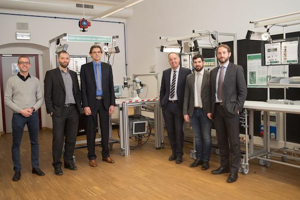 Die Professoren und Forscher des Projektes SME 4.0 mit Rektor Lugli: Patrick Dallasega, Renato Vidoni, Rektor Paolo Lugli, Dominik Matt, Guido Orzes und Erwin Rauch.