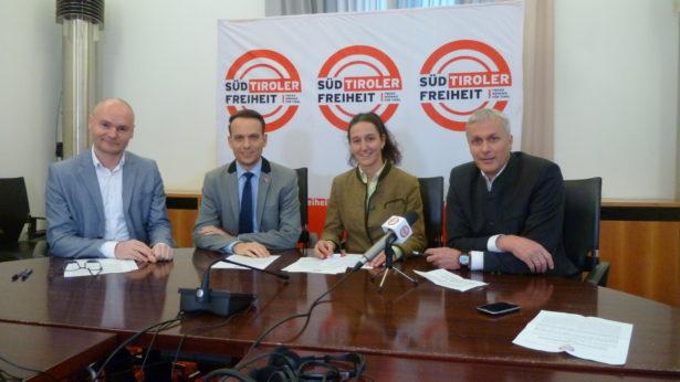 Die Vertreter der Süd-Tiroler Freiheit: Cristian Kollmann, Sven Knoll, Myriam Atz-Tammerle und Bernhard Zimmerhofer