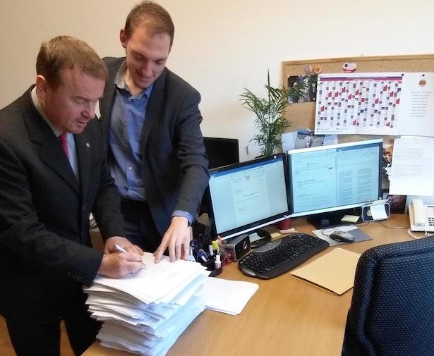 Andreas Pöder und sein Mitarbeiter Stefan Taber mit den Abänderungsanträgen