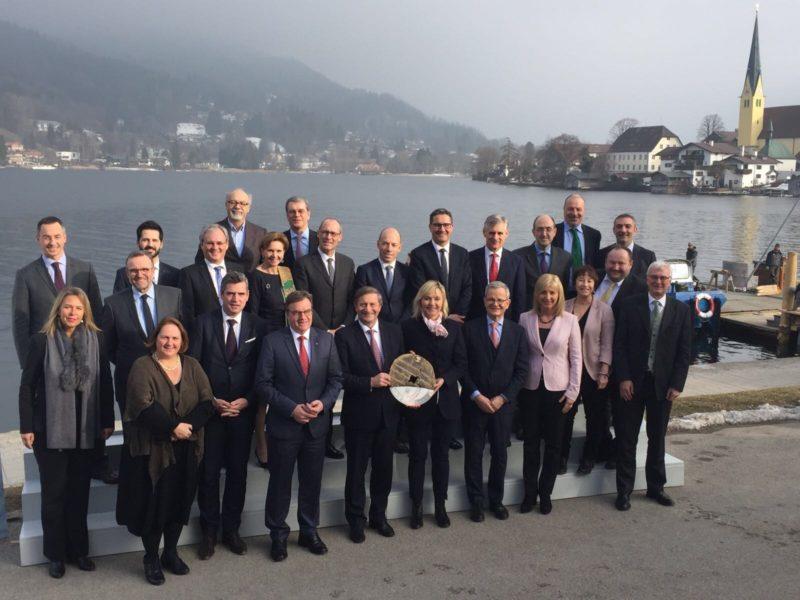 EUSALP-Generalversammlung: Gruppenbild vor dem Tegernsee