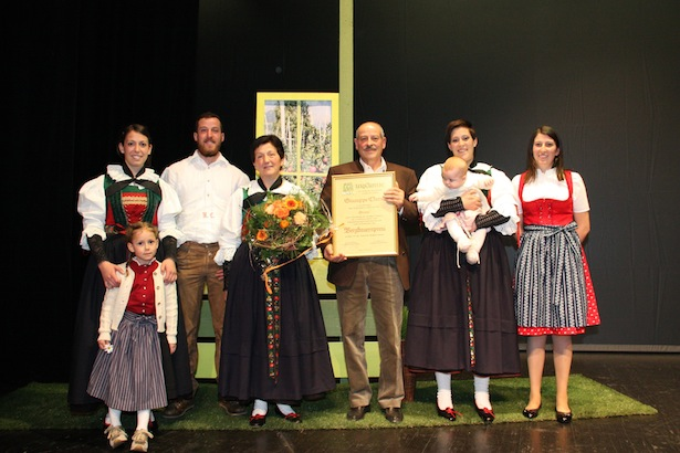 Die Famlie Clara: Giuliana, Beatrix, Hubert, Bäuerin Irma, Bauer Giuseppe, Lidia mit Jasmin, Carmen