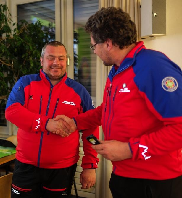 Rettungsstellenleiter Hansjörg Prugg gratuliert Lars Pizzini zu 25 Jahre Mitgliedschaft beim Bergrettungsdienst