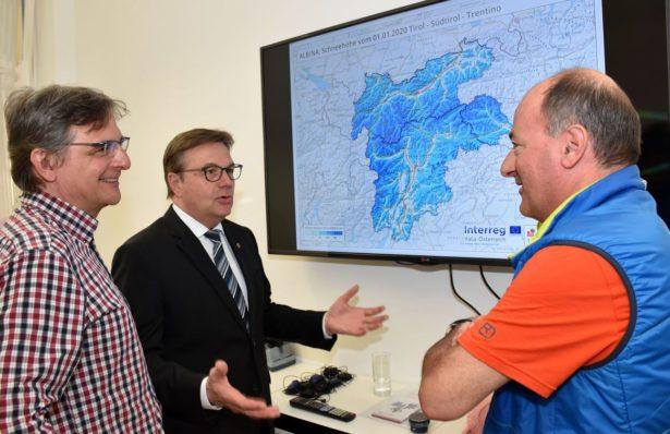Günther Platter (li.) im Gespräch mit den Leitern der Lawinenwarndienste Tirol und Trentino, Rudi Mair und Alberto Trenti © Land Tirol/Ibele