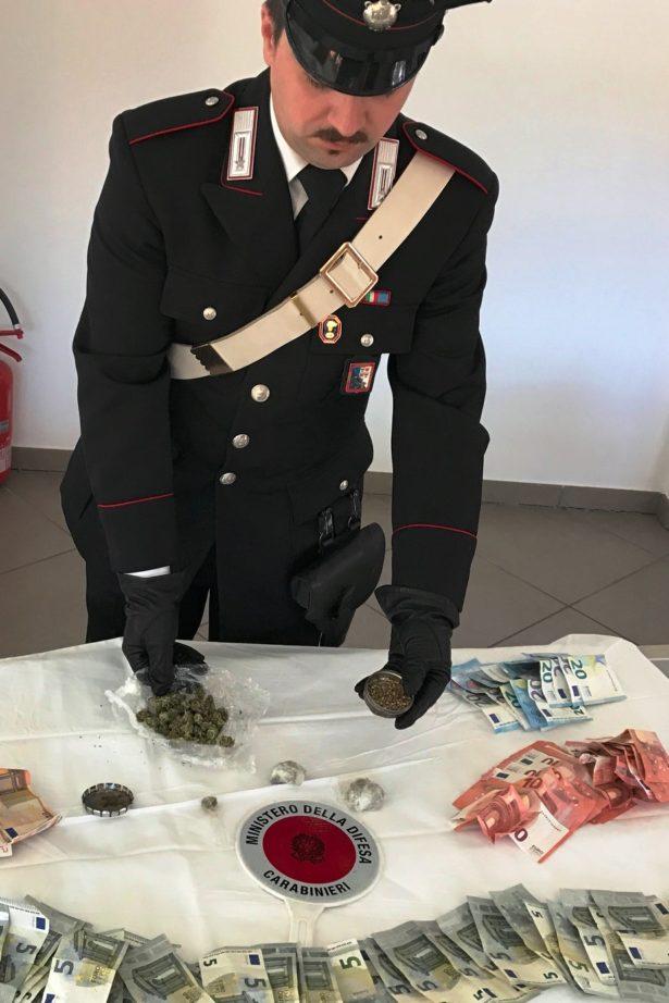 201324-i-carabinieri-di-brunico-con-la-droga-e-il-denaro-sequestrati