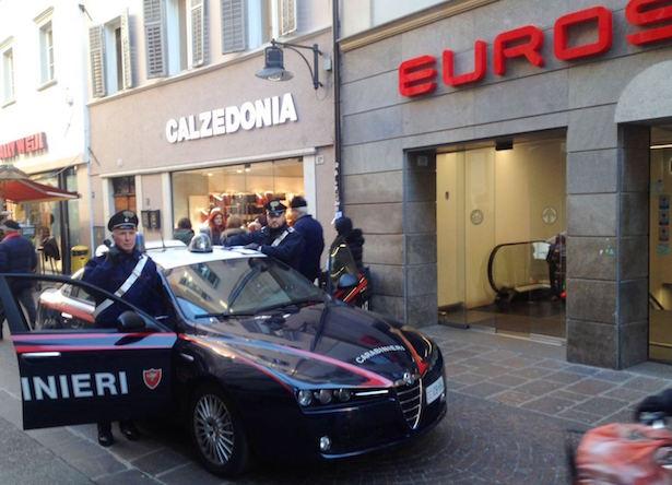 20170309-la-pattuglia-dei-carabinieri-nei-pressi-del-supermercato