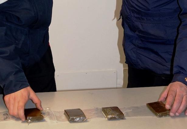 20170327-i-carabinieri-di-merano-con-la-droga-sequestrata