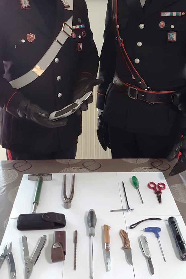 20323-i-carabinieri-di-silandro-col-materiale-sequestrato