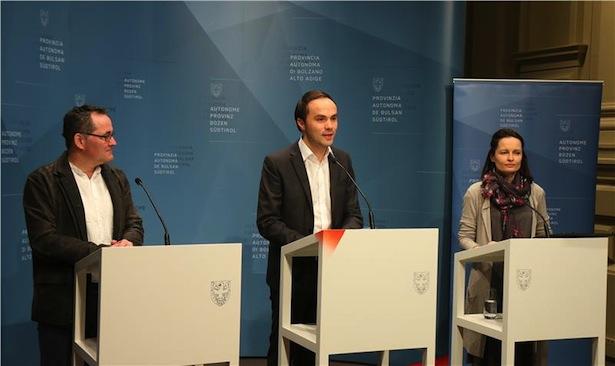 Philipp Achammer stellte zusammen mit Gustav Tschenett (l.) und Cäcilia Baumgartner (r.) das Projekt der Matura über die Lehre vor. Foto: LPA/Ingo Dejaco