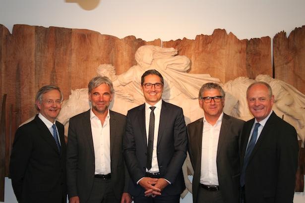 Der neue Ausschuss (v. l.) mit Michl Ebner, Arnold Schuler, Andreas Schatzer und Leo Tiefenthaler zusammen mit dem Landeshauptmann Arno Kompatscher (Bildmitte), der die Mitgliedschaft des Landes unterzeichnet hat.