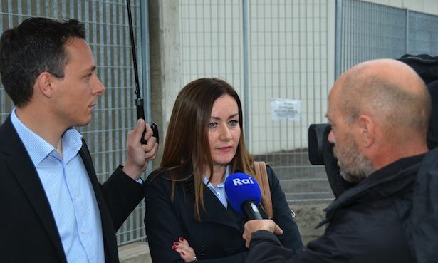 Der Abgeordnete Hannes Zingerle hält Ulli Mair den Schirm.