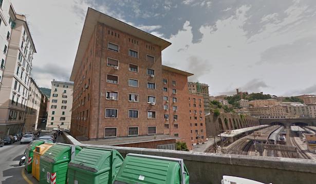 Eine Gebäudekomplex des Fonds am Bahnhofsgelände von Genua