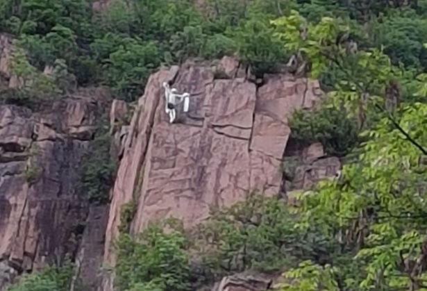 Foto der Felswand mit Puppe (Foto: BRD im AVS Bozen)