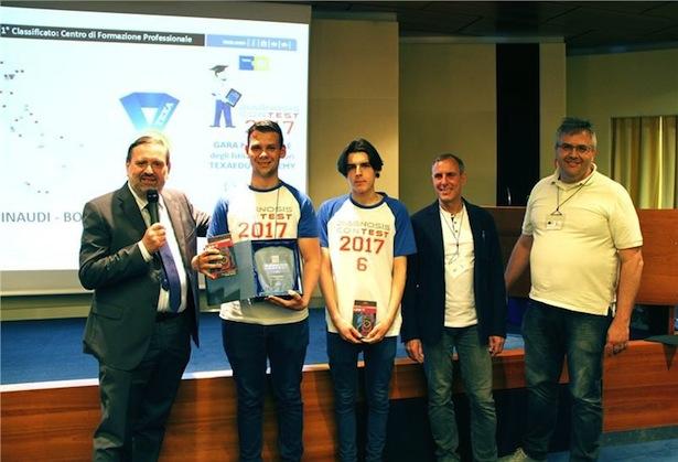 Antonio Montano und Alex Sbop von der italienischen Landesberufsschule Einaudi aus Bozen wurden vom Präsidenten der TEXA, Bruno Vianello (1. v.li.), prämiert.