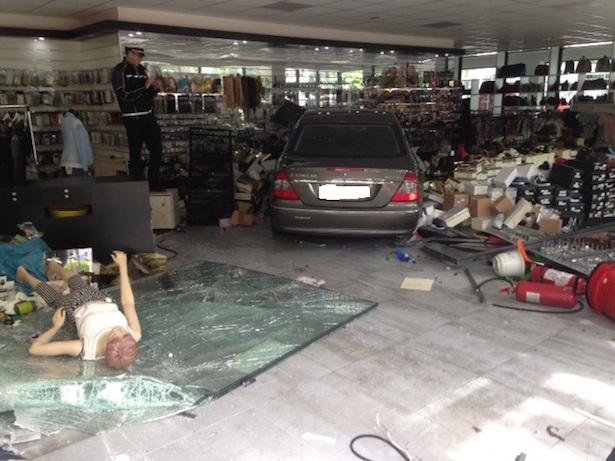 Auto rast ins Geschäft (Fotos: FF Brixen)
