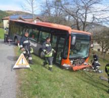 Bus in der Böschung