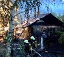Holzhaus fängt Feuer