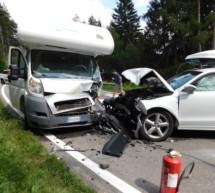 Camper crasht gegen Pkw