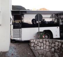 Schülerbus kracht auf FF-Halle