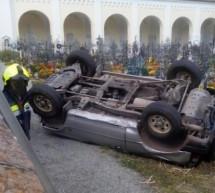 Auto im Friedhof