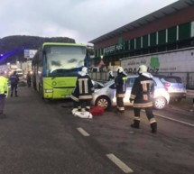 Pkw gegen Bus