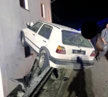 Auto gegen Hausmauer