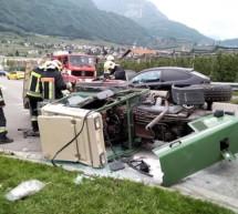 Traktor prallt gegen Pkw
