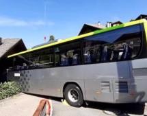 Bus prallt gegen Hausmauer