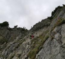 Junge Kletterer in Not
