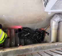 Motorrad landet im Schacht