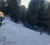 Lkw stürzt über Böschung